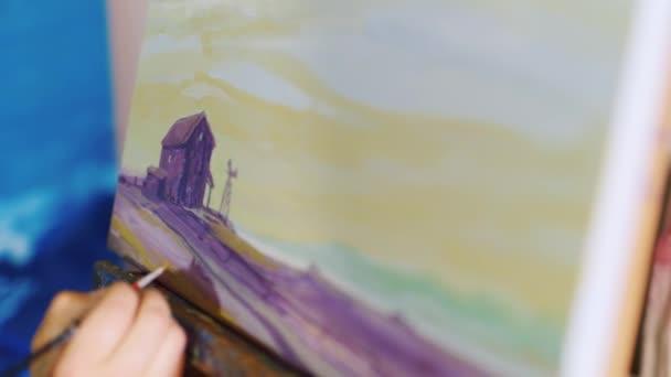 umělci ruka kreslí obrázek. Obraz je typické venkovské krajiny - pole a stodola