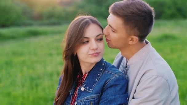 девушка целует подругу видео