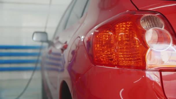 Červené auto umýt na mytí aut