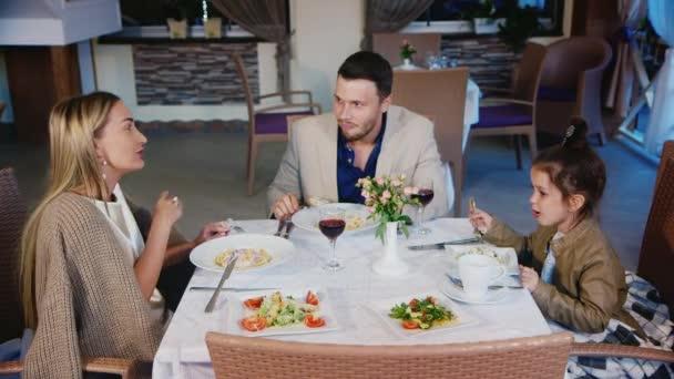 Rodinné táta máma a dcera jíst v restauraci nebo kavárně