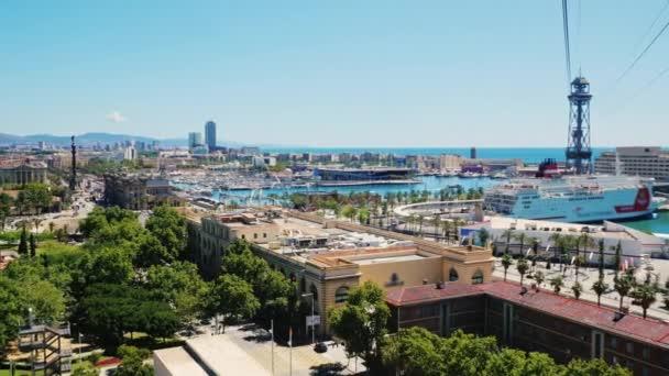 Letecký pohled na Barcelonu. Jeden může vidět lanovka a přístavu s jachtami