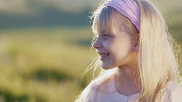 Portrait in profile of a blonde girl of 5 years.