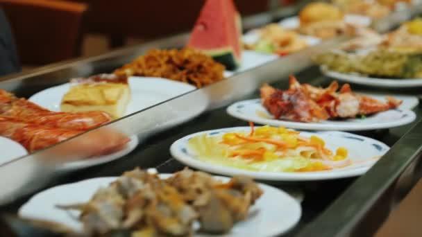 Misky s plody moře, cestování na dopravník. Restaurace bufet