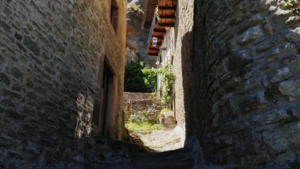 Úzká ulice ve městě Rupit, Španělsko. Město bylo vystavěno mezi skály a skála