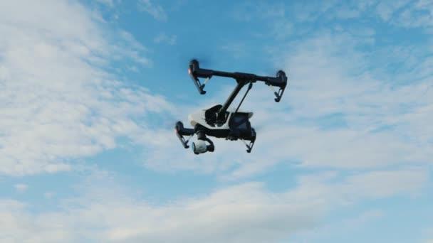 Steadicam výstřel: helikoptéra nebo dron létá proti modré obloze