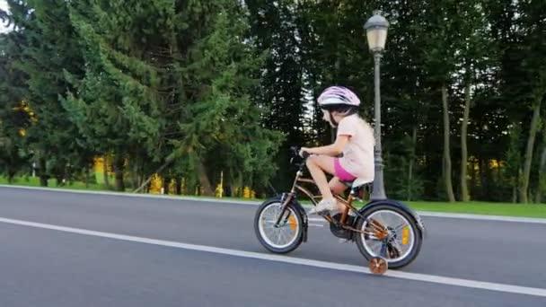 Střela ze steadiamu: legrační dívka, pět let stará jízda na kole s dalšími koly s úsměvem