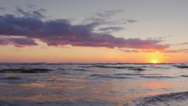 Nádherný západ slunce nad mořem. Video s pomalým pohybem