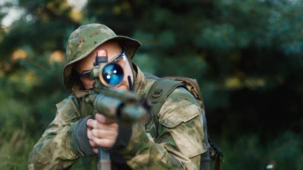 Katonai mesterlövész úgy célja, hogy az optikai elől. Airsoft