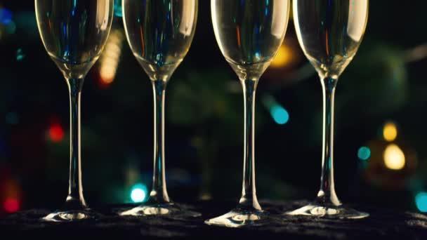 Pár sklenic šampaňského na pozadí vánoční stromeček. Oslava Vánoc a nového roku