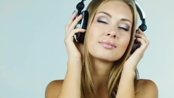 Atraktivní blondýnka, nasadil sluchátka a poslech hudby