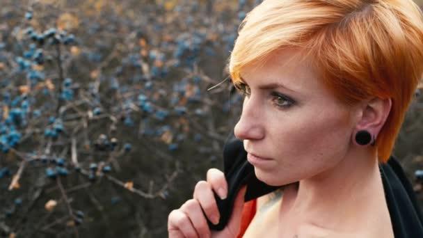 Zrzavý žena s odhalenými rameny pózuje pro fotografie