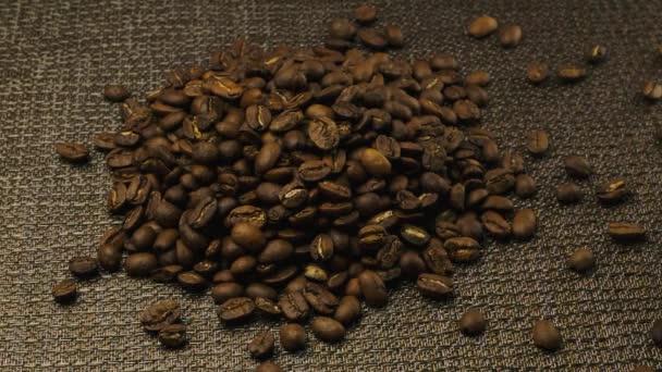 Eine Tasse Espresso, eine Handvoll Kaffeebohnen
