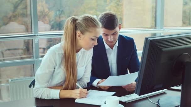 Atraktivní muž a žena pracující v kanceláři