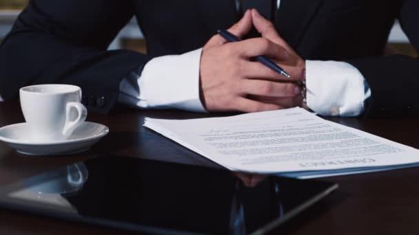 Geschäftsmann unterschreibt mehrere Dokumente