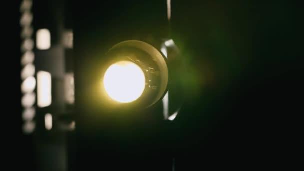 S ohledem na projektor paprsek létající prachové částice