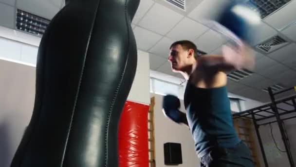 Atletický muž boxu. Strong hity boxovací pytel