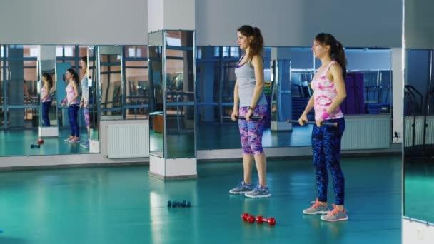 dvě ženy dělat cvičení s činkami