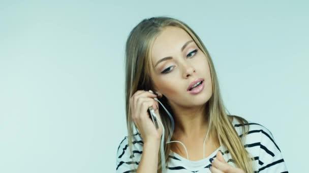 Zenehallgatás fejhallgató, vonzó nő