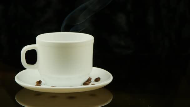 Šálek horké kávy na černém pozadí
