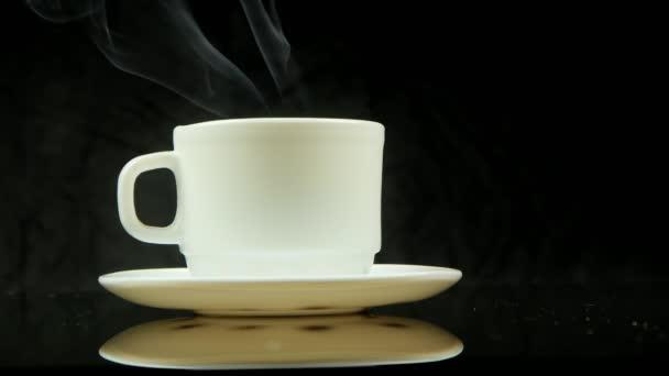 Šálek horké kávy s párou