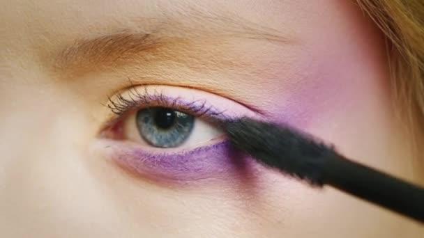 modré oči mladé ženy