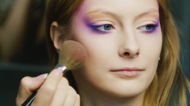 Krásná žena použít make-up štětce