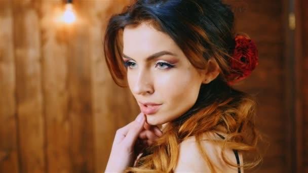 Portrét krásné bruneta vlasy vlající ve větru