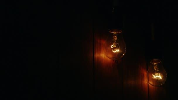 Rozsvítit dvě žárovky na dřevěné pozadí