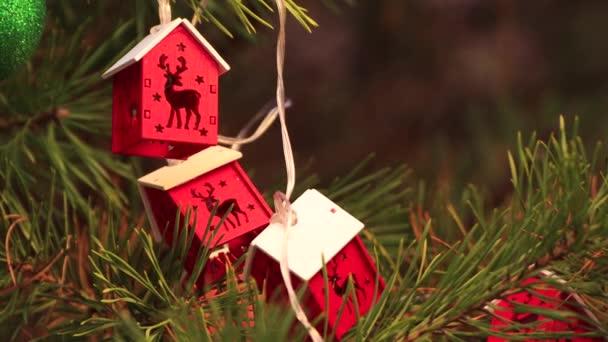 Na Štědrý večer visí na stromě červená věnec a houpe se.