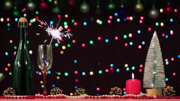 Zavřené šampaňské a jiskra hoří ve sklenici.