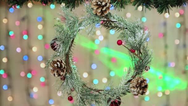 Věnec s kužely visí na větvi na Silvestra.