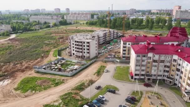 Luftaufnahme des Baus eines modernen Hauses, eines Neubaus in der Vorstadt.