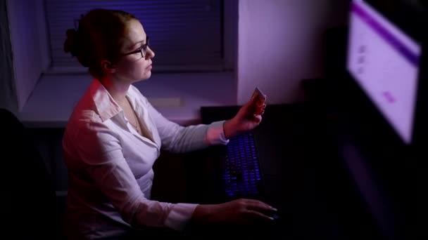 Kauf in einem Online-Shop, bestellt eine Frau Waren in einem Online-Shop während der Quarantäne, Fernkauf mit Kreditkarte.