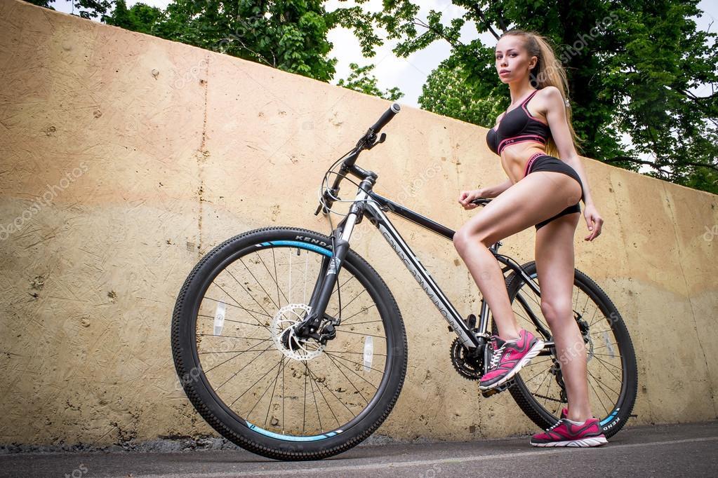 Велосипеде девчонки сексуальная