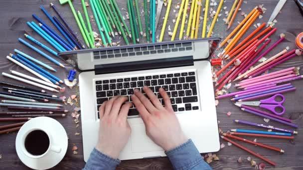 Munkahelyen, színes ceruza, laptop, palettát, fa tábla