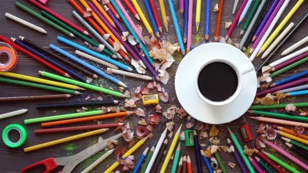 viele Farbstifte in niedlicher Tasse oder Schachtel isoliert auf weißem Hintergrund