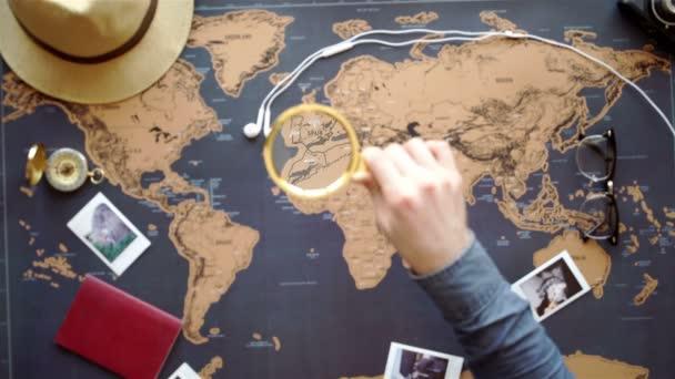 Dva mladí lidé dohromady plánování cesty do Evropy. Pohled shora