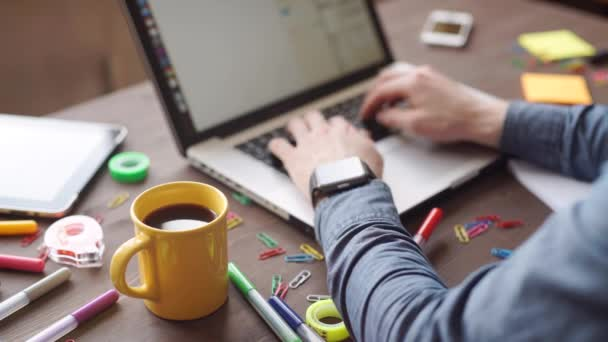 Geschäftspräsentation auf Bürotisch mit Laptop