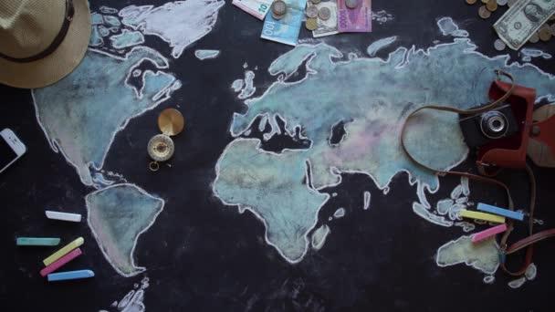 Mladý pár plánování líbánky dovolené výlet s mapou