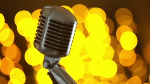 retro mikrofon barevné pozadí