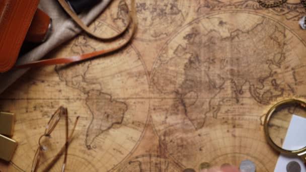 régi sárgaréz iránytű a fából készült asztallap megtekintése