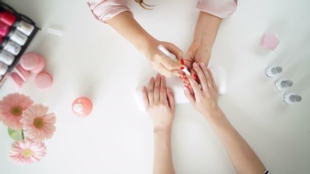 nehty salon žena lak odebrat s tkání pro nové manikúra