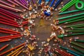 Fényképek színes ceruza, fa háttér