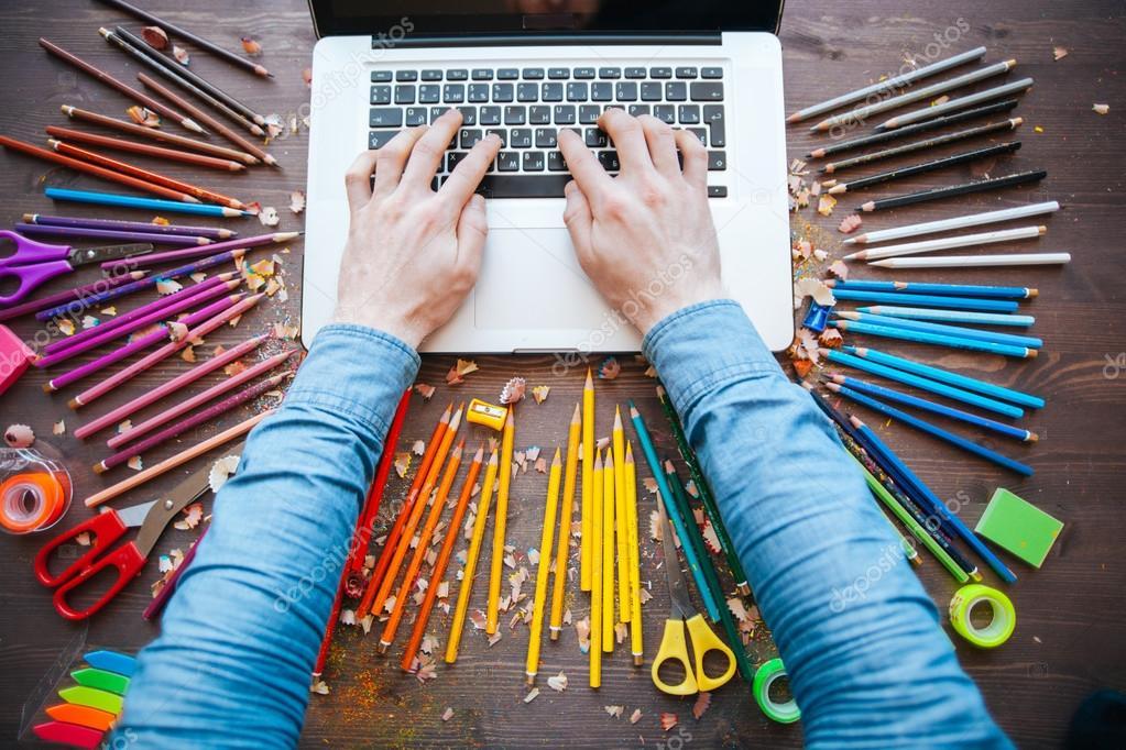 Графический дизайнер на работе. цветные образцы образчика — Стоковое ... f10be3f6747