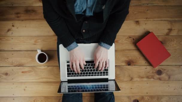 Ember dolgozik a laptop, telefon, tablet és napirend fa padló.