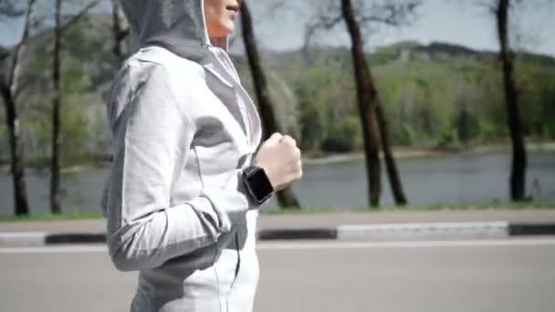Zdraví sport mladá žena běh a vypadat nosí elegantní hodinky zařízení