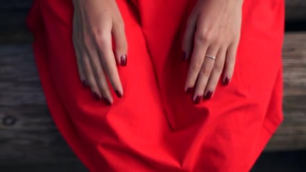 Frauen Hand machen eine Herzform und hält eine rote Herzform.