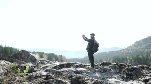 Guy brát fotografie na svůj mobilní telefon fotoaparát krásné krajiny