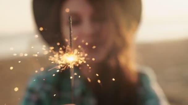 Slow motion klip šťastný a nadšený ženy slaví