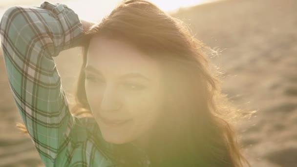 Közelkép a mosolygós, nyugodt, fiatal szőke keres el a strandon